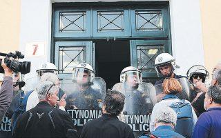 Ενταση στα δικαστήρια της Ευελπίδων κατά τη διάρκεια της μεταγωγής του φοιτητή που συνελήφθη στα επεισόδια στο Οικονομικό Πανεπιστήμιο Αθηνών.