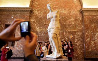 Τα μεγάλα έργα-σταρ των μουσείων, όπως η Μόνα Λίζα ή η Αφροδίτη της Μήλου στο Λούβρο, προσελκύουν τους επισκέπτες κατά εκατοντάδες.