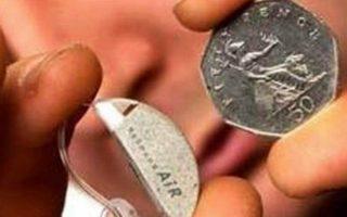 Το μικρότερο ακουστικό βαρηκοΐας. Η καινοτόμος συσκευή έχει διαστάσεις 2,5x0,5 εκατοστά.