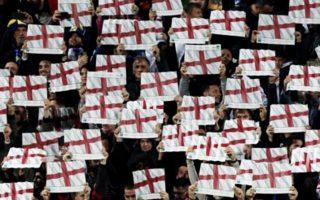 Κοσοβάροι οπαδοί κρατούν σημαίες της Αγγλίας, κατά την ανάκρουση του εθνικού ύμνου του Ηνωμένου Βασιλείου, λόγω της στήριξης της Βρετανίας στην ανεξαρτησία του Κοσσυφοπεδίου.