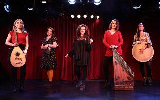 Από αριστερά: Mάρθα Μαυροειδή, Αθηνά Τασούλα, Κατερίνα Παπαδοπούλου, Ιφιγένεια Ιωάννου και Ρία Ελληνίδου. Μια γυναικεία συντροφιά που αγαπάει, σέβεται, εξελίσσει την παραδοσιακή μουσική.