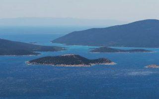 Οι Πεταλιοί αποτελούνται από συνολικά 10 νησάκια. Το μεγαλύτερο μέρος εξ αυτών αποκτήθηκε τη δεκαετία του '60 από τον κ. Μαρή Εμπειρίκο, ο οποίος κληροδότησε το Χερσονήσι και το Τραγονήσι στα δύο του παιδιά, Ανδρέα και Πέρη Εμπειρίκο.