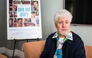 Η ταινία «Πόνος και δόξα» του Πέδρο Αλμοδόβαρ (φωτ.), που προβάλλεται στους κινηματογράφους, είναι αυτοβιογραφική του κορυφαίου Ισπανού σκηνοθέτη. Ο ήρωας (τον υποδύεται ο Αντόνιο Μπαντέρας) πονάει. Οι περισσότεροι είναι ψυχοσωματικοί πόνοι, πόνοι που συνδέονται και με άλλες βαθύτερες δυσκολίες του ψυχισμού του. EPA/ALBA VIGARAY
