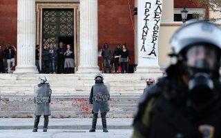 Κατάληψη της πρυτανείας του Πανεπιστημίου Αθηνών από ομάδες αντιεξουσιαστών. Η διαιώνιση του προβλήματος της διά της βίας διακοπής των μαθημάτων κάνει την κοινωνία να αγανακτεί. INTIME NEWS