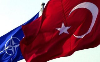 Οι σημαίες του ΝΑΤΟ και της Τουρκίας κυματίζουν έξω από το αρχηγείο της Συμμαχίας, στις Βρυξέλλες.