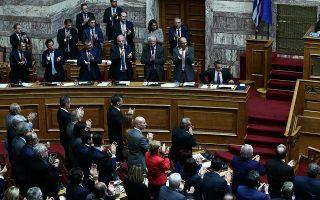 H κοινοβουλευτική ομάδα της Νέας Δημοκρατίας χειροκροτά μετά την ολοκλήρωση της συνταγματικής αναθεώρησης. Η εκλογή του Προέδρου της Δημοκρατίας αποσυνδέεται πλέον από τη διάλυση της Βουλής.