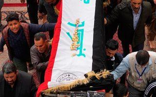Κάτοικοι της Νατζάφ κηδεύουν τον 17χρονο Μεχντί Κάντιμ, που σκοτώθηκε στις ταραχές της Πέμπτης.