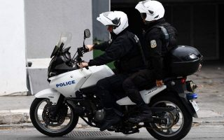 synelifthi-motosykletistis-sti-voyliagmeni-na-trechei-me-200-sto-antitheto-reyma0