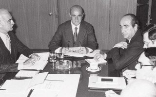 «Στο μικρό υπουργικό συμβούλιο καθόμαστε κατά την ιεραρχική τάξη. Εγώ ήμουν ο πρώτος μεταξύ των υπουργών, αλλά προηγούνταν ο αντιπρόεδρος. Κατά συνέπεια, ο αντιπρόεδρος καθόταν δεξιά, εγώ αριστερά και όλοι οι άλλοι γύρω στο τραπέζι κατά σειράν», περιγράφει ο Κωνσταντίνος Μητσοτάκης (φωτ. από σύσκεψη στο υπουργείο Δημοσίων Εργων, Νοέμβριος 1978).