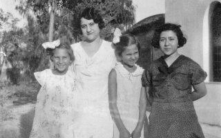 Η Αλκη Ζέη στον γάμο της Διδώς Σωτηρίου, μαζί με την αδελφή της Λενούλα και την Ελλη Παππά.