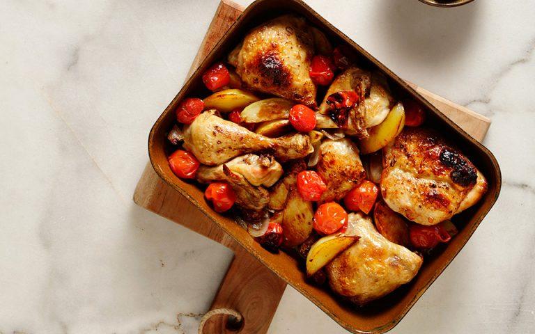 Κοτόπουλο στον φούρνο με πατάτες και σάλτσα κρασιού