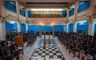 Η επίσημη αίθουσα, όπου γίνονται οι τεκτονικές εργασίες, είναι γεμάτη αρχαιοελληνικά και μεσαιωνικά σύμβολα. Φωτογραφίες: Αλέξανδρος Αβραμίδης