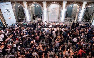 Το ισόγειο του ιστορικού νεοκλασικού Μεγάρου Μελά της Εθνικής Τραπέζης, κατάμεστο από τους καλεσμένους της εκδήλωσης. ©Βαγγέλης Ζαβός