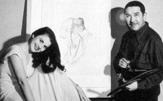 Ο Αλμπέρτο Βάργκας ποζάρει πλάι σε ένα από τα μοντέλα του με φόντο ένα ημιτελές σχέδιο: η αρχή ενός ακόμη Pin-Up Girl.