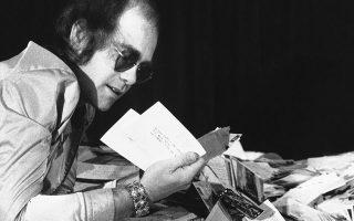 Ο Βρετανός τραγουδοποιός Έλτον Τζον αντιμέτωπος με έναν τεράστιο όγκο αλληλογραφίας θαυμαστών του, στο Λος Άντζελες, το 1975. (AP Photo/George Brich)