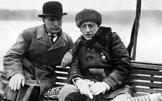 Ο Γκαμπριέλε Ντ' Ανούντσιο (δεξιά) έζησε στην ιταλική κοινωνία της ευμάρειας της άρχουσας τάξης από το 1863 έως το 1938 (στη φωτογραφία με τον Μπενίτο Μουσολίνι το 1936).