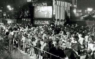 28.02.1974. Λονδρέζοι μπροστά σε γιγαντοοθόνη του BBC στην πλατεία Τραφάλγκαρ, τη νύχτα των εκλογών. Νικητές αναδεικνύονται οι Εργατικοί. ASSOCIATED PRESS