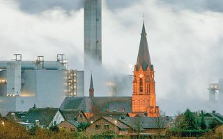 Η φορολόγηση του άνθρακα σε συνδυασμό με τη διασυνοριακή προσαρμογή είναι ένα ισχυρό εργαλείο για τη μείωση της κατανάλωσης διοξειδίου του άνθρακα στην Ευρώπη. Reuters