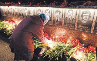 Το μνημείο προς τιμήν των ανδρών που μπήκαν στον πυρηνικό σταθμό του Τσερνόμπιλ, μετά την καταστροφική έκρηξη. Ονομάστηκαν «καθαριστές» και έδωσαν τη ζωή τους για να περιορίσουν τις συνέπειες του δυστυχήματος. EPA/SERGEY DOLZHENKO