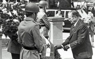 25.6.1974. Ο Γιουγκοσλάβος πρόεδρος Τίτο καταθέτει στεφάνι στο μνημείο των θυμάτων των ναζί στη Βόννη. ASSOCIATED PRESS