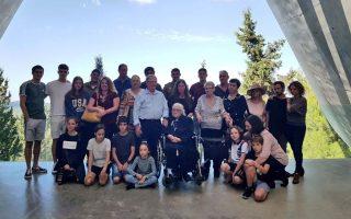 Η 92χρονη Μελπομένη Ντίνα με τους απογόνους των παιδιών που έσωσε η ίδια και οι αδερφές της από τους Ναζί.