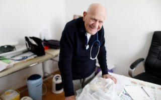 O γιατρός Κριστιάν Σενέ εξακολουθεί να λειτουργεί το ιατρείο του δύο φορές την εβδομάδα και να βλέπει ασθενείς. Κάποιοι από αυτούς τον εμπιστεύονται εδώ και δεκαετίες.