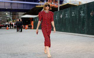 Η Άννα Γουίντουρ στους δρόμους της Νέας Υόρκης. ©Marcy Swingle/The New York Times