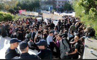 Μέλη αντιφασιστικών οργανώσεων πραγματοποιούν συγκέντρωση διαμαρτυρίας έξω από το Εφετείο όπου απολογείται ο επικεφαλής της Χρυσής Αυγής Νίκος Μιχαλολιάκος, Τετάρτη 6 Νοεμβρίου 2019. Με την απολογία πρώην βουλευτών της Χρυσής Αυγής συνεχίζεται η δίκη στο Εφετείο Αθηνών. ΑΠΕ-ΜΠΕ/ΑΠΕ-ΜΠΕ/Παντελής Σαίτας