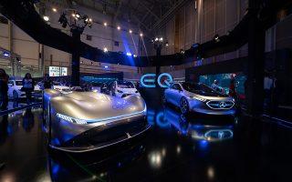 Το φουτουριστικό EQ Silver Arrow (αριστερά) της Mercedes-Benz «κλέβει» την παράσταση στην έκθεση αυτοκινήτου.