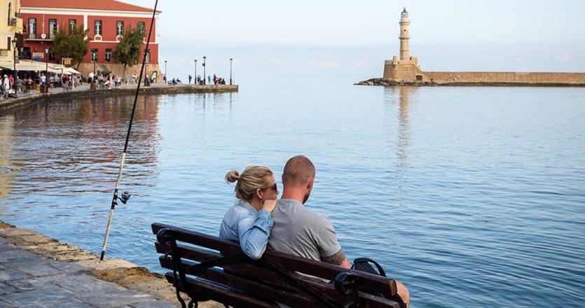 Πρωινή ώρα στο Παλιό Λιμάνι χωρίς τον συνωστισμό του καλοκαιριού. (ΦΩΤΟΓΡΑΦΙΑ: ΓΙΑΝΝΗΣ ΧΑΤΖΗΙΩΑΝΝΟΥ)