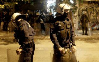 Άνδρες της αστυνομίας κάνουν ερεύνα σε πολυκατοικία στην οδό Στουρνάρη στα Εξαρχία, Κυριακή 17 Νοεμβρίου 2019. Επτά συλλήψεις και δύο προσαγωγές έγιναν συνολικά από την αστυνομία από τις πολυκατοικίες στην οδό  Σπύρου Τρικούπη 3-5 και Στουρνάρη 4 στα Εξάρχεια, οι 6 συλλήψεις έγιναν στο δώμα της πρώτης πολυκατοικίας και η έβδομη έξω από το ίδιο κτίριο  ενώ οι 2 προσαγωγές έγιναν από την πολυκατοικία στην  οδό Στουρνάρη. Δεν έγινε γνωστό  μέχρι στιγμής αν και τί έχει βρεθεί στην πολυκατοικία στον οδό Στουρνάρη 4. ΑΠΕ ΜΠΕ/ΑΠΕ ΜΠΕ/ ΚΩΣΤΑΣ ΤΣΙΡΩΝΗΣ