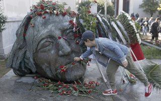 Παιδί αφήνει λουλούδια στο μνημείο του Πολυτεχνείου, Παρασκευή 15 Νοεμβρίου 2019. Ξεκίνησαν οι τριήμερες εκδηλώσεις για τον εορτασμό της επετείου του Πολυτεχνείου . ΑΠΕ-ΜΠΕ/ΑΠΕ-ΜΠΕ/ΚΩΣΤΑΣ ΤΣΙΡΩΝΗΣ