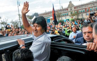O Eβο Μοράλες χαιρετά πολίτες και δημοσιογράφους στο Μεξικό, όπου του προσφέρθηκε πολιτικό άσυλο.