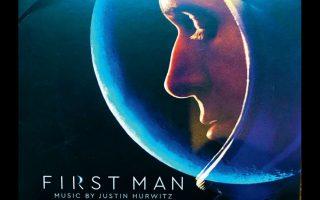 Το θαυμάσιο, υποβλητικό soundtrack της ταινίας «Ο πρώτος άνθρωπος» υπογράφει ο Τζάστιν Χούργουιτς.