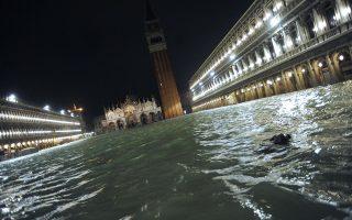 Η πλατεία του Αγίου Μάρκου βυθίστηκε κάτω από το νερό που ξεπερνούσε το ένα μέτρο, ενώ η Βασιλική του Αγίου Μάρκου πλημμύρισε για έκτη φορά μέσα σε 1.200 χρόνια