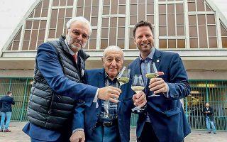 Ñ O Philippe Faure-Brac, πρόεδρος της Γαλλικής Ένωσης Οινοχόων (αριστερά), και ο Andres Rosberg, πρόεδρος της ASI (δεξιά), τσουγκρίζουν με τον Armand Melkonian, που στον πρώτο διαγωνισμό του 1969 ανακηρύχθηκε ο καλύτερος οινοχόος του κόσμου. © Christian Lantenois