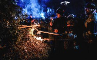 Οι χριστουγεννιάτικες φωτιές της Φλώρινας ζεσταίνουν ψυχή και σώμα μαζί με το ντόπιο τσίπουρο και τη φασολάδα που προσφέρεται. © Giannis Papanikos/Getty Images/Ideal Image
