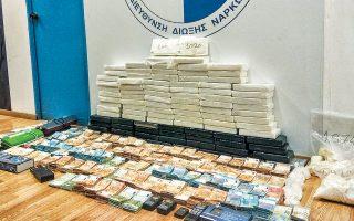 Στην κατάσχεση 104 κιλών κοκαΐνης, αξίας 5 εκατ. ευρώ, σε διαμέρισμα στον Αγιο Δημήτριο, προχώρησε το βράδυ της Τετάρτης η Υποδιεύθυνση Δίωξης Ναρκωτικών. Μέρος της ποσότητας βρέθηκε μέσα σε κόκκους ρυζιού και στον φούρνο της κουζίνας. Συνελήφθησαν δύο υπήκοοι Αλβανίας και ένας Κροάτης, στην κατοχή των οποίων βρέθηκαν και πάνω από 800.000 ευρώ σε μετρητά.