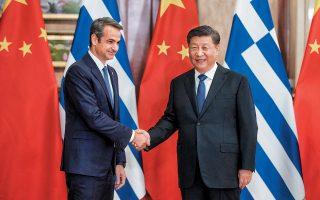 Ο Ελληνας πρωθυπουργός Κυριάκος Μητσοτάκης και ο πρόεδρος της Κίνας Σι Τζινπίνγκ ανταλλάσσουν θερμή χειραψία, χθες, στη Σαγκάη.