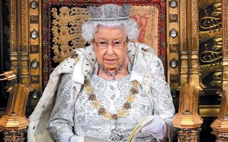 Τα νέα ρούχα της βασίλισσας Ελισάβετ δεν θα περιλαμβάνουν αληθινή γούνα. Αυτό προκύπτει από τα απομνημονεύματα της Αντζελα Κέλι, επί μακρόν ενδυματολόγου της βασίλισσας, που κυκλοφόρησαν πρόσφατα. «Στα νέα κομμάτια που σχεδιάζονται, όλες οι γούνινες λεπτομέρειες θα είναι ψεύτικες», ανέφερε χαρακτηριστικά στο βιβλίο της «Η άλλη πλευρά του νομίσματος: η βασίλισσα, η ενδυματολόγος και η γκαρνταρόμπα».
