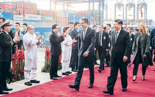 Τις εγκαταστάσεις της Cosco στον Πειραιά επισκέφθηκε ο Κινέζος πρόεδρος Σι Τζινπίνγκ, μαζί με τον Ελληνα πρωθυπουργό Κυριάκο Μητσοτάκη.