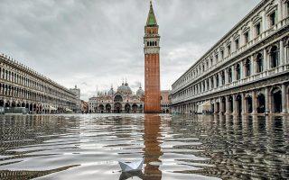 Η... λίμνη του Αγίου Μάρκου στη Βενετία. Για δεύτερη φορά μέσα σε τρεις ημέρες, η πόλη πλημμύρισε χθες, με το ύψος των υδάτων να φθάνει τα 154 εκατοστά, αντί των 187 εκατοστών την Τρίτη. Ο δήμαρχος απέδωσε τις πλημμύρες στην κλιματική αλλαγή και υποσχέθηκε ότι η πόλη «θα λάμψει ξανά».
