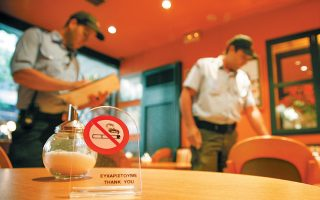 Με κεντρικό σύνθημα «Συμμαχία για μια καλύτερη ζωή χωρίς καπνό» και βασική αρχή ότι «ο εχθρός είναι ο καπνός, όχι οι καπνιστές» εγκαινιάσθηκε χθες από τον πρωθυπουργό Κυριάκο Μητσοτάκη η νέα αντικαπνιστική εκστρατεία, που περιλαμβάνει σειρά δράσεων τόσο σε θέματα ενημέρωσης όσο και αυστηροποίησης των ελέγχων. Χθες ενεργοποιήθηκε και η ειδική τηλεφωνική γραμμή 1142 για καταγγε- λίες αλλά και για ενημέρωση του κοινού. Σελ. 3