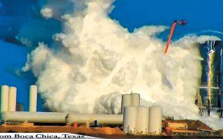 Καπνός τυλίγει το διαστημόπλοιο Starship της εταιρείας SpaceX στην Μπόκα Τσίκα του Τέξας. Η αστοχία κατά τη διάρκεια της φόρτωσης των δεξαμενών με τη μέγιστη δυνατή ποσότητα καυσίμων χαρακτηρίστηκε από τον πρόεδρο της Space X, Ελον Μασκ, «όχι εντελώς απροσδόκητη».