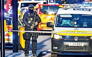 Πέντε άτομα τραυματίστηκαν, εκ των οποίων το ένα υπέκυψε, χθες το μεσημέρι στη Γέφυρα του Λονδίνου, κατά τη διάρκεια τρομοκρατικής επίθεσης, προτού ο δράστης πέσει νεκρός από τα πυρά της Μητροπολιτικής Αστυνομίας. Ο Βρετανός πρωθυπουργός Μπόρις Τζόνσον ευχαρίστησε τις υπηρεσίες έκτακτης ανάγκης για την άμεση ανταπόκρισή τους.
