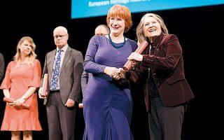 Η πρόεδρος της Ελληνικής Εταιρείας Περιβάλλοντος και Πολιτισμού κ. Λυδία Καρρά κατά την παραλαβή του βραβείου.