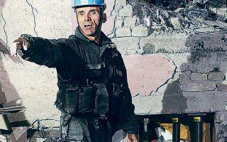 Προσπάθεια απεγκλωβισμού άνδρα από τα συντρίμμια κτιρίου στο Θουμάνι.