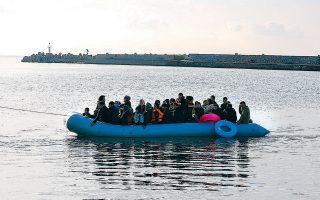 Bάρκα με πρόσφυγες και μετανάστες στο λιμάνι Πλωμαρίου στη Λέσβο, το περασμένο Σάββατο. Οι αυξημένες ροές των τελευταίων μηνών αποδίδονται στην πιο σκληρή στάση που κρατάει η Ε.Ε. έναντι της Τουρκίας.