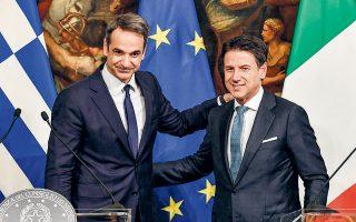 Ο Κυριάκος Μητσοτάκης με τον Ιταλό ομόλογό του Τζουζέπε Κόντε, κατά την κοινή συνέντευξη Τύπου χθες στη Ρώμη. O Ελληνας πρωθυπουργός έστειλε εκ νέου μήνυμα στην Ευρώπη πως η Ελλάδα δοκιμάζεται από ένα τεράστιο φορτίο ροών, πολλαπλάσιο των δυνατοτήτων της, και «δεν μπορεί, ούτε πρέπει, να το επωμιστεί μόνη της».