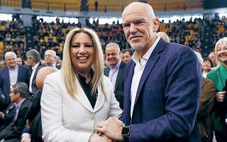 Φώφη Γεννηματά και Γιώργος Παπανδρέου, στο συνέδριο του ΚΙΝΑΛ τον περασμένο Μάρτιο. Ο πρώην πρωθυπουργός κράτησε αποστάσεις από την ένταση που επικράτησε γύρω από το επερχόμενο συνέδριο του ΠΑΣΟΚ.